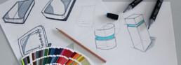 Designskizzen von Gehäusen mit Bleistift und Farben