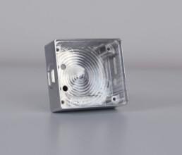 Gefrästes Gehäuse aus Aluminium Vollmaterial mit verschiedenen Bohrungen