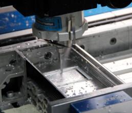 Mechanische Bearbeitung an einer Fraesmaschine