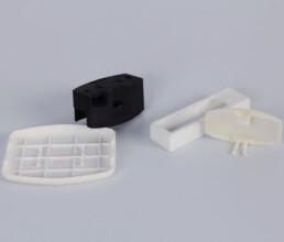 Verschiedene SLS Prototypen in schwarz und weiss für späteren Spritzguss