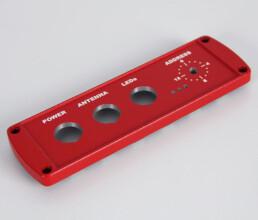 Weisser Tampondruck auf einem rotem Gehäusedeckel