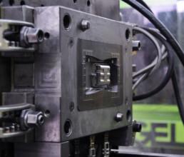 Spritzgussmaschine mit Werkzeug und Auswerfern