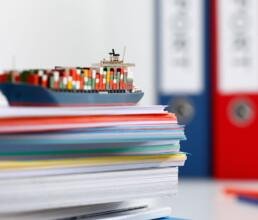 Export und Verzollung Schiff auf Papierstapel