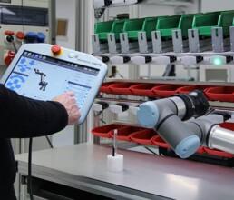 Kollaborativer Roboter an Pick to Light Montagearbeitsplatz