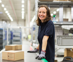 Logistik Phoenix-Mecano Frau mit Paket