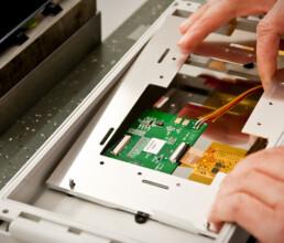 Montage Displayhalteplatte in eine Spitzgussfront
