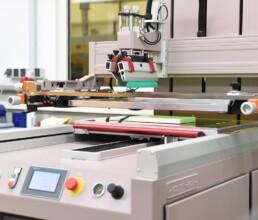 Siebdruckmaschine bedruckt Gehäusedeckel