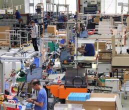 Produktionshalle mit Montagearbeitsplätzen zur Serienfertigung