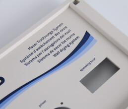Blauer Tampondruck auf einem grauen Kunststoff Spritzgussdeckel
